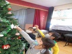 クリスマスツリーの飾りつけ 預かり保育のお友だち(^▽^)/