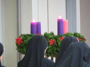 聖母マリアのように神に従う約束をする姉妹たち